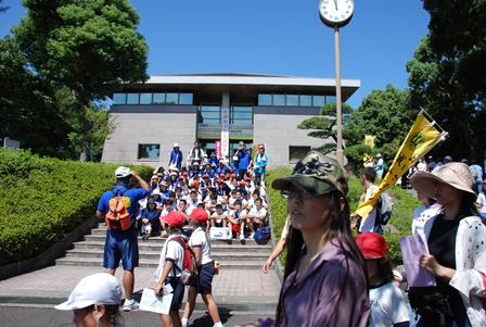 西郷顕彰館前で記念写真